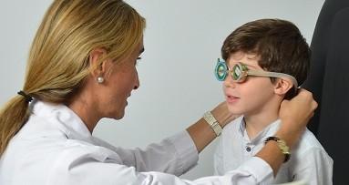 Oftalmologa-revisando-niño